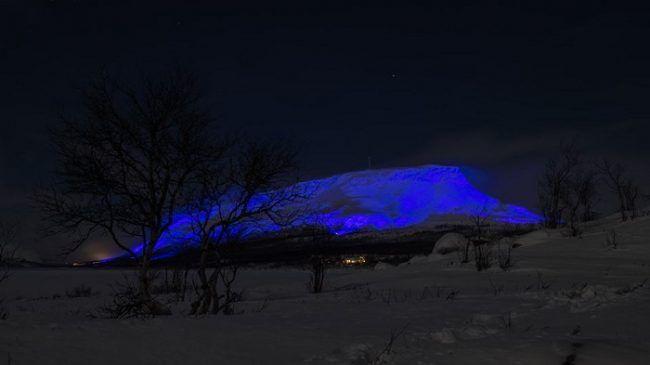 La colina de Saana en Kilpisjärvi iluminada de azul