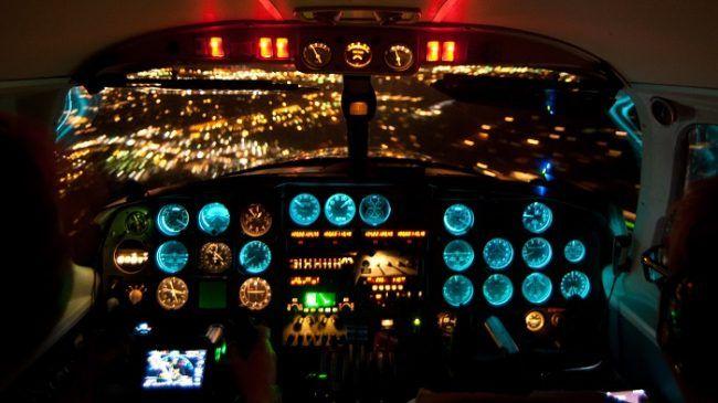 Las luces de Rovaniemi desde la cabina del Piper PA31