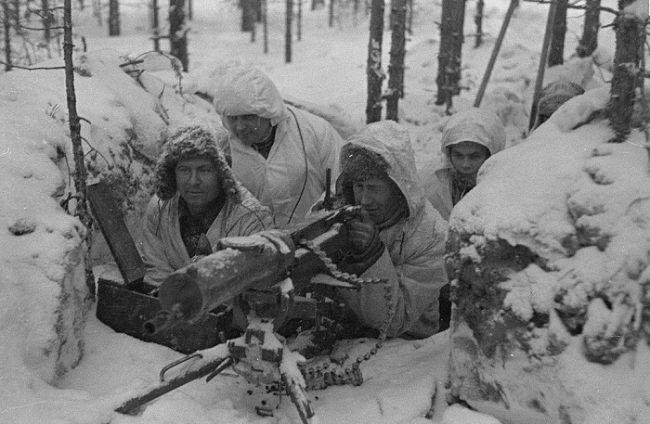 Un nido de ametralladora finlandés con soldados bien equipados durante la Guerra de Invierno