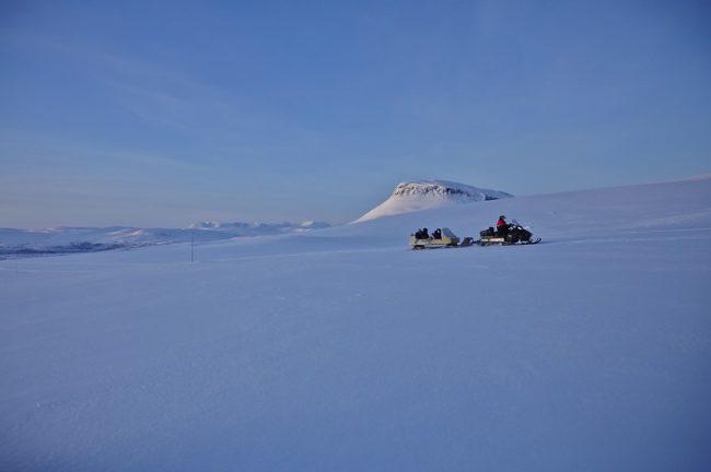 Excursión en moto de nieve por los alrededores de Kilpisjärvi. Al fondo la colina Saana