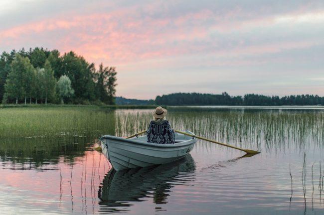 Dar un paseo en barca por un lago es una actividad relajante
