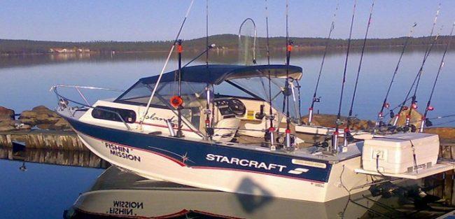 Barco de pesca bien preparado para pescar en el lago Inari