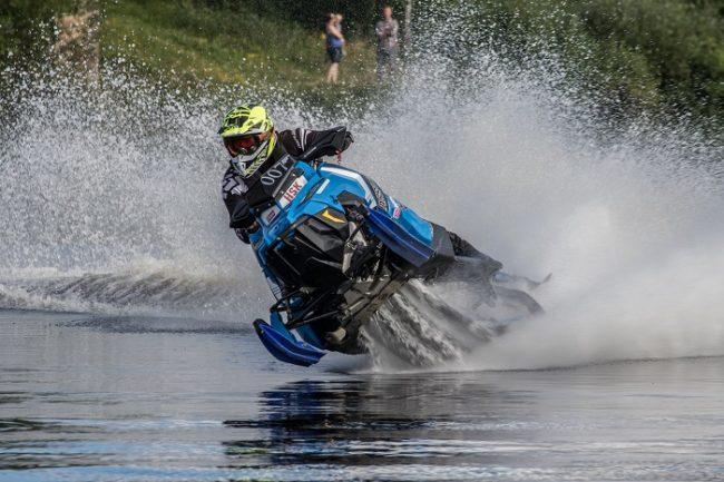 Competición de WaterCross con moto de nieve durante la Semana de Inari
