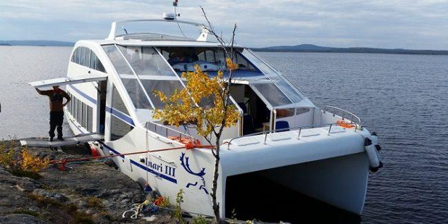 Con este barco se recorre el lago Inari