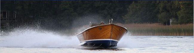 El barco de pesca Fanny a toda velocidad por las aguas tranquilas del archipiélago de Sipoo