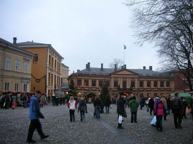 La Antigua Gran Plaza de la ciudad de Turku. En primer plano la mansión Brinkala