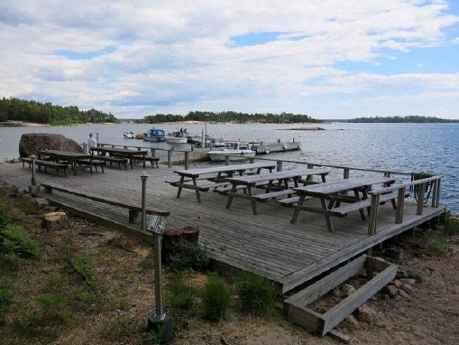 Terraza del café-bar de la isla Norrkullalandet