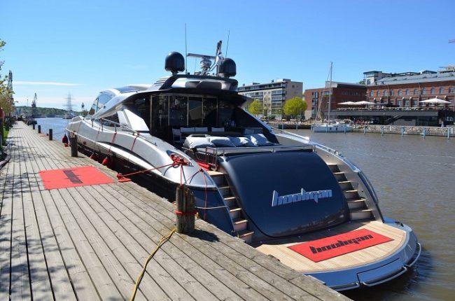 Yate amarrado en el río Aura en la ciudad de Turku. Al fondo se puede ver el velero Suomen