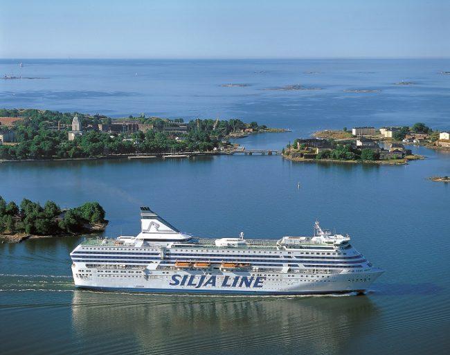 El ferry Silja Symphony navegando entre las islas del mar Báltico