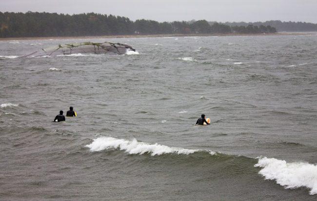 Surfistas en Hanko en Otoño esperando la ola buena
