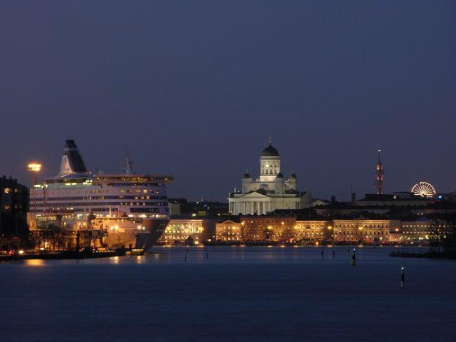 Uno de los ferrys que realizan cruceros amarrado en el Muelle Sur de Helsinki