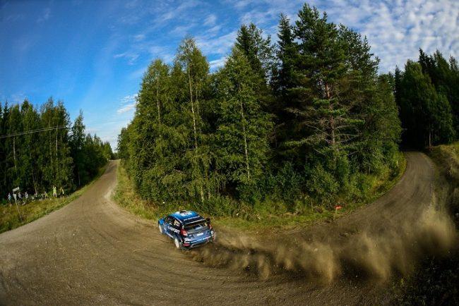El piloto noruego Mads Ostberg en la gravilla de Finlandia