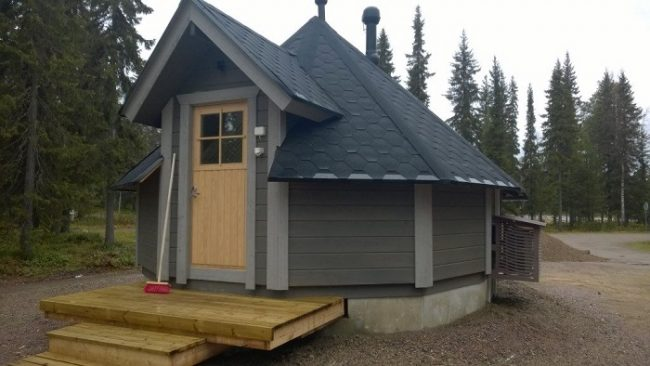 Parte frontal de la cabaña Aurora Hut en Pyhä Asteli