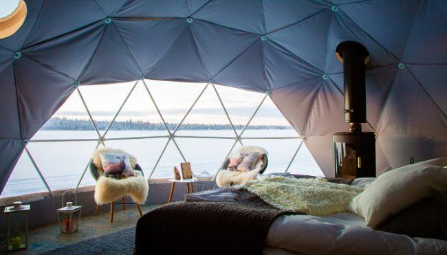 Interior del iglú de Torassieppi y vista del lago del mismo nombre