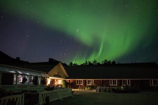 La recepción del hotel Harriniva bajo la Aurora Boreal