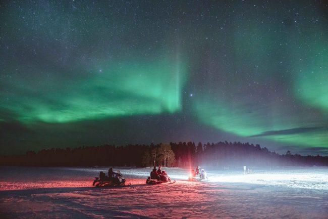 Safari con motos de nieve bajo la Aurora Boreal en Harriniva
