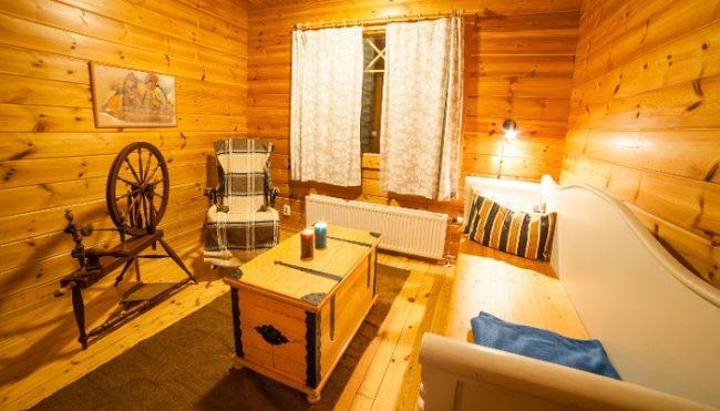 Sala de estar en una cabaña con sauna de Torassieppi