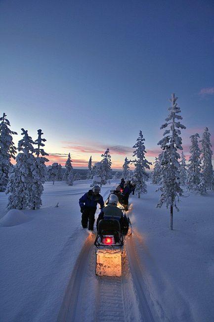 Atardecer durante una excursión en moto de nieve en Laponia