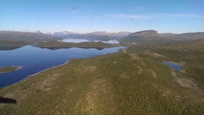 Bonita imagen donde se aprecia el lago y el pueblo de Kilpisjärvi y la colina Saana