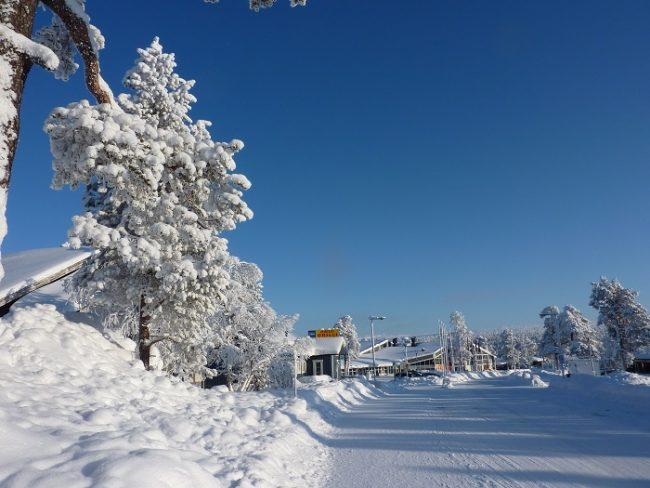 Calle principal de Saariselkä en invierno