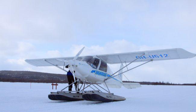 Hidroavión en la superficie de un lago helado durante el invierno en Laponia