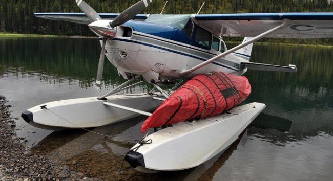 Manera para cargar una canoa en un hidroavión