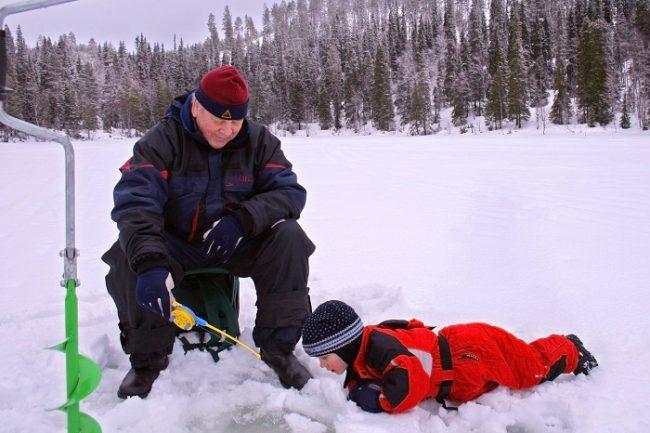 Practicando la pesca en el hielo en Ruka