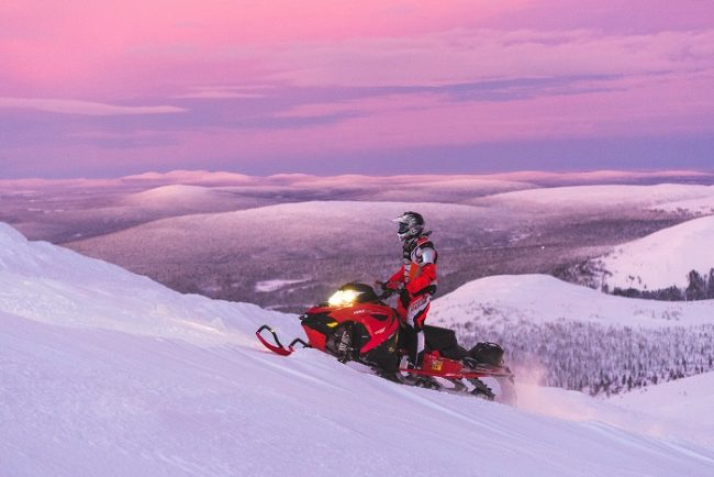 Recorriendo los itinerarios oficiales de moto de nieve también se puede disfrutar de las magnificas vistas