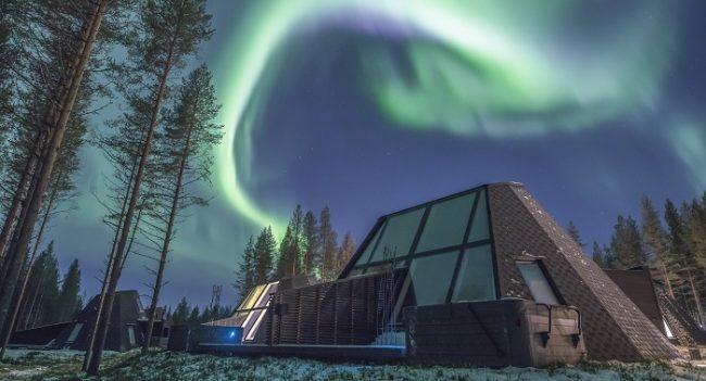 Aurora Boreal cubriendo el cielo de las cabañas de cristal