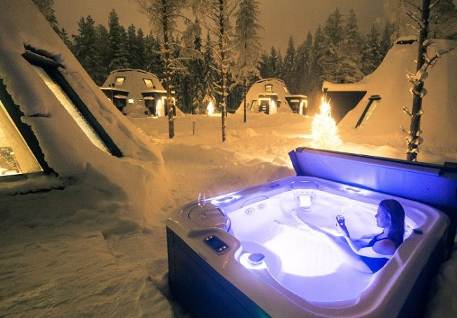 Cada cabaña de cristal dispone de una piscina privada de agua caliente
