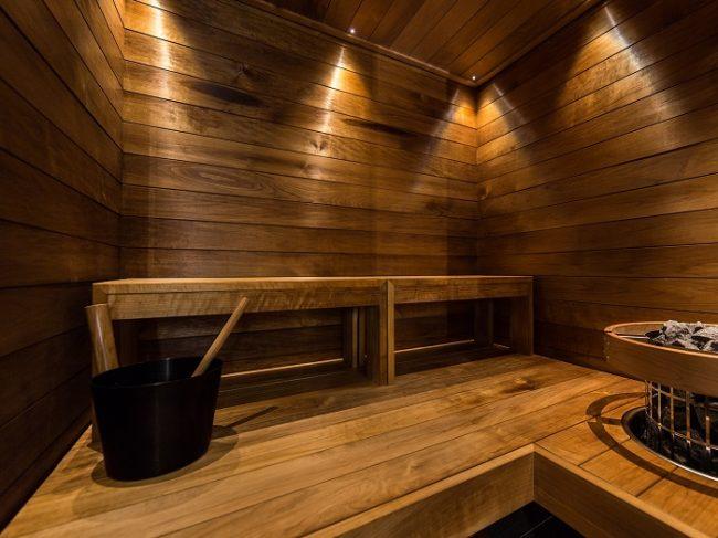 En la sauna de las cabañas de cristal caben cuatro personas sin apretarse
