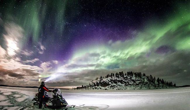 Espectacular imagen de la Aurora Boreal desde el interior del helado lago Inari
