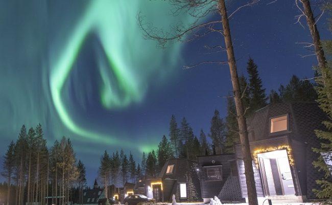 No hay mayor espectaculo que ver la Aurora Boreal cubriendo el cielo desede el interior de las cabañas de cristal