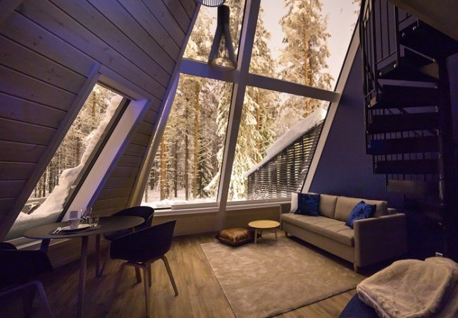 Sala de estar con un sofa-cama de las cabañas de cristal