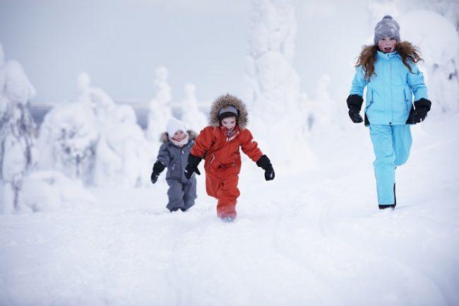 A los niños les encanta jugar con la nieve