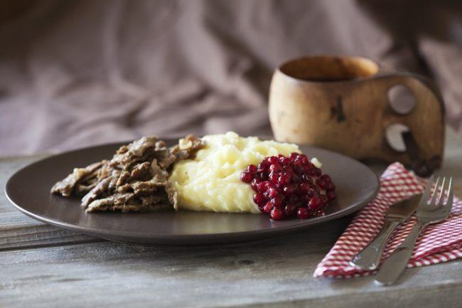 El más típico plato-de-reno: Poronkärystys, se acompaña con arándanos rojos