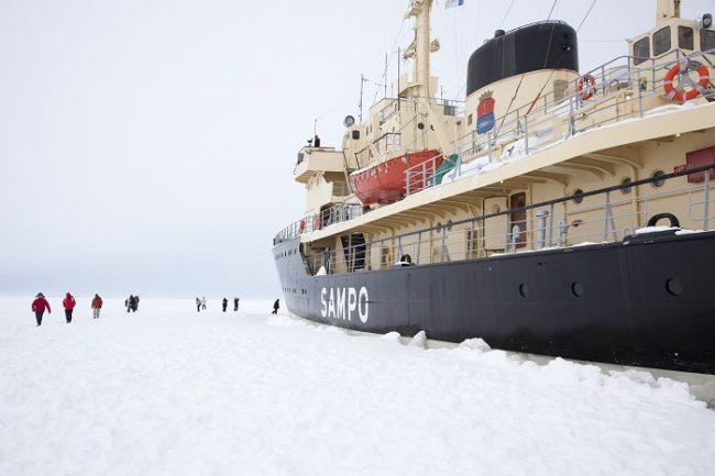 Cuando el rompehielos Sampo embarranca se puede bajar a la superficie de mar helado