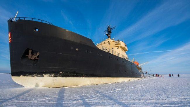 El rompehielos Sampo embarrancado durante el invierno en el mar Báltico helado