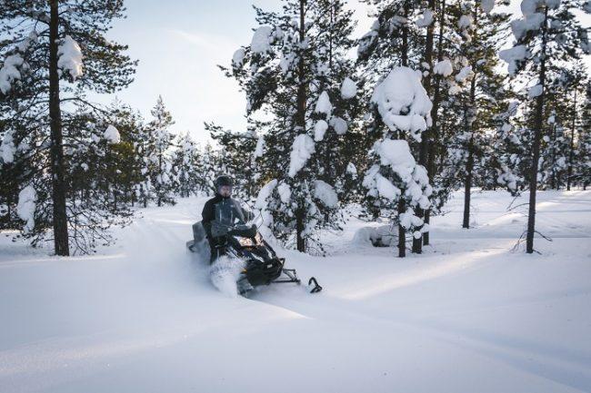 Las motos de nieve eléctricas también aportan buenas sensaciones conduciendo en nieve profunda