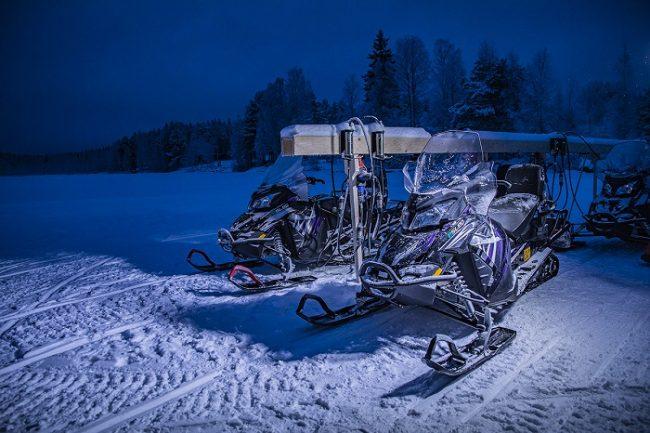 Motos de nieve eléctricas en-su lugar de carga
