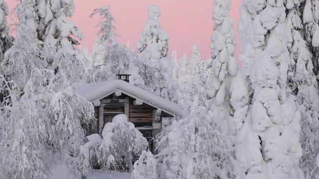 Refugio libre en el Parque Nacional de Riisitunturi durante el invierno