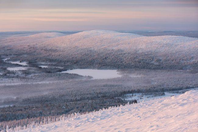 Bonita vista invernal desde la colina de Kätkätunturi en Levi