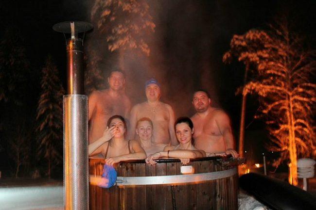 Disfrutando de la noche polar dentro del jacuzzi de agua caliente