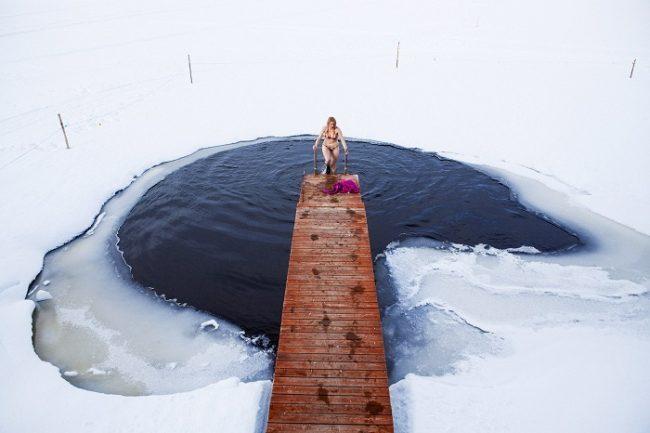 Entrando o saliendo de un baño en el agua helada
