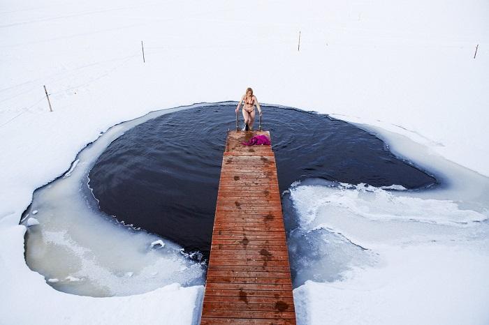 Bañarse en agua helada en Finlandia