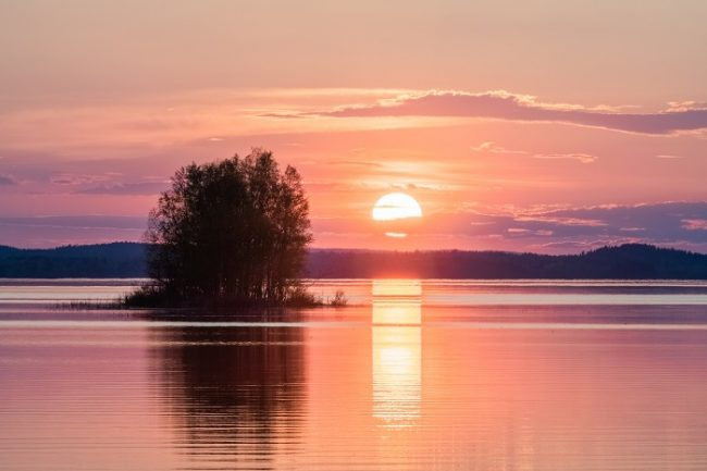 El Sol de medianoche brilla en Laponia durante tres meses en verano