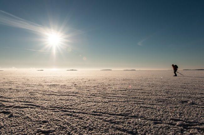Esquiando en el mar helado en la costa de Helsinki