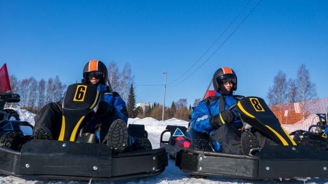 Los participantes van bien equipados para conducir un kart sobre el hielo