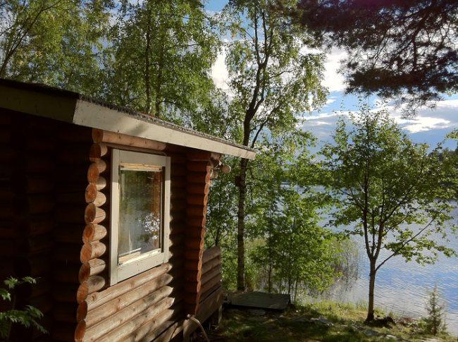 Pequeña cabaña a orillas del lago Päijänne el segundo más grande de Finlandia