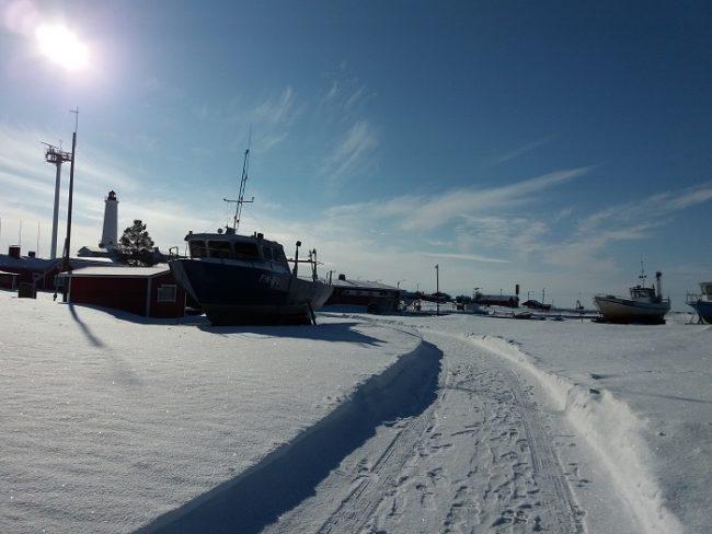 Barcos durante el invierno en Marjaniemi en la isla de Hailuoto